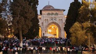 Mescid-i Aksa'nın kapıları açıldı, binlerce kişi namaz kıldı